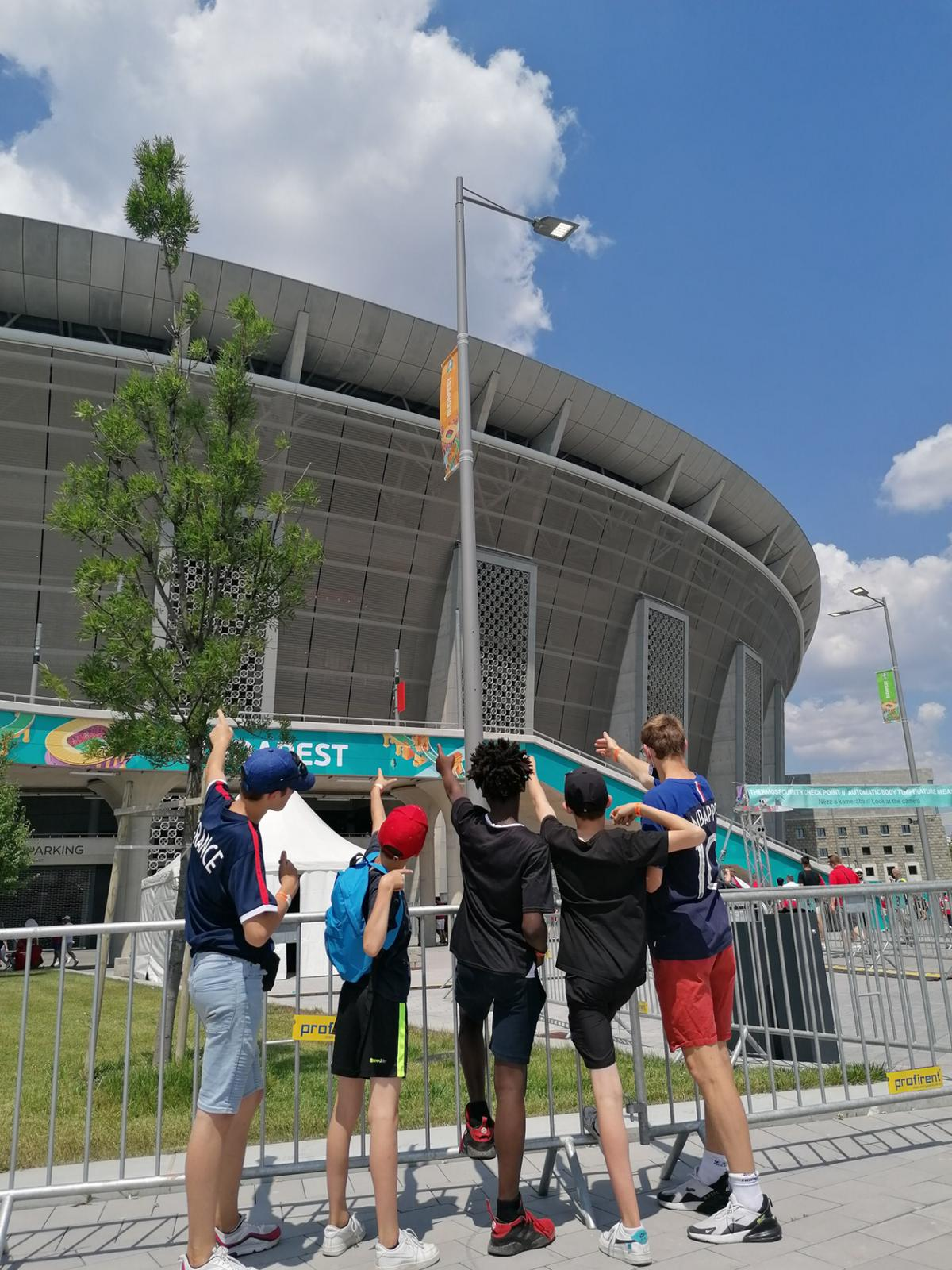 Devant le stade hongrois